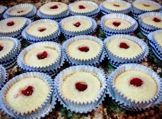 White Chocolate Strawberry Cupcakes-1002